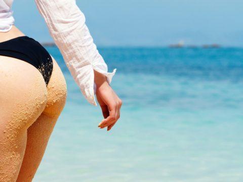 【画像】ビーチで砂まみれになったお尻を見ながら過行く夏を惜しむスレ・・・(28枚)・13枚目
