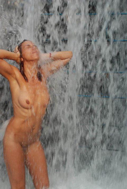 【画像24枚】最近、自然の滝の下に高確率で現れるという「全裸de滝行女子」をご覧くださいwwwwwwwwwwwww・13枚目