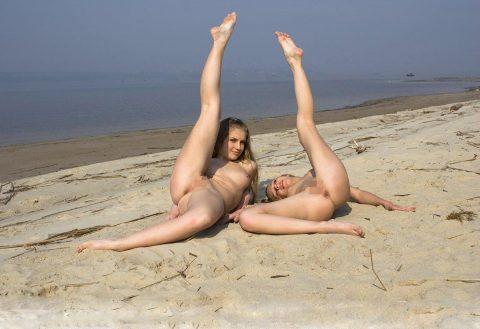 【画像あり】「ビーチで全裸で逆立ちしてマ●コパッカーン」とかしてる女なんているはずが・・・イターーーーーーーーーーーーーーーーー!!!!!!!・14枚目