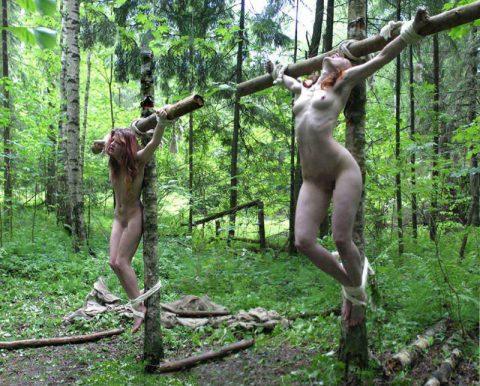 【画像20枚】野外調教用に飼われてる最下層女の扱いが悲惨すぎる・・・・・・・・・15枚目
