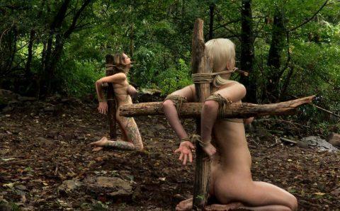 【画像20枚】野外調教用に飼われてる最下層女の扱いが悲惨すぎる・・・・・・・・・4枚目