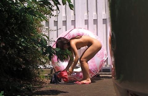 【悲報】巨乳美女、着替え場所がなくて野外で着替えてるところを激撮される・・・(画像あり)・8枚目