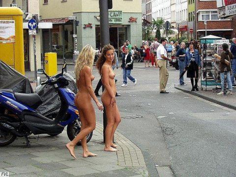 【幸運】海外でたまに出くわすという裸族の美女たちwwwwwwwwwwwwww(画像27枚)・18枚目