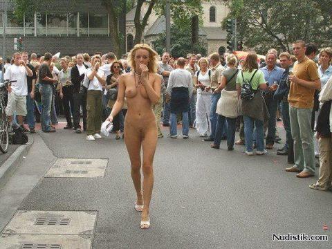 【幸運】海外でたまに出くわすという裸族の美女たちwwwwwwwwwwwwww(画像27枚)・6枚目