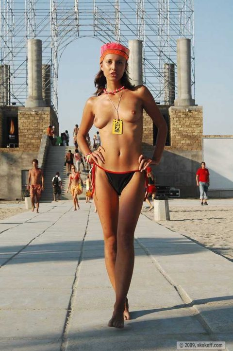 【幸運】海外でたまに出くわすという裸族の美女たちwwwwwwwwwwwwww(画像27枚)・8枚目