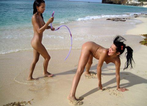 【画像あり】「ビーチで全裸で逆立ちしてマ●コパッカーン」とかしてる女なんているはずが・・・イターーーーーーーーーーーーーーーーー!!!!!!!・19枚目