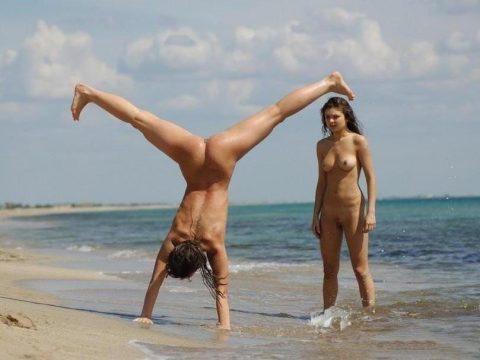 【画像あり】「ビーチで全裸で逆立ちしてマ●コパッカーン」とかしてる女なんているはずが・・・イターーーーーーーーーーーーーーーーー!!!!!!!・22枚目