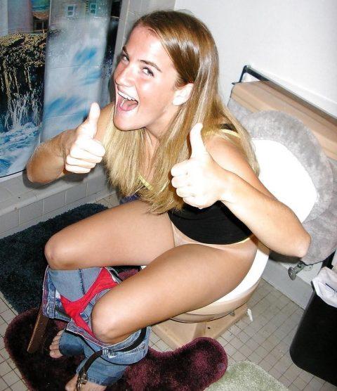 【画像】トイレに突撃された素人女性たちをご覧くださいwwwwwwwwwwwwww・3枚目