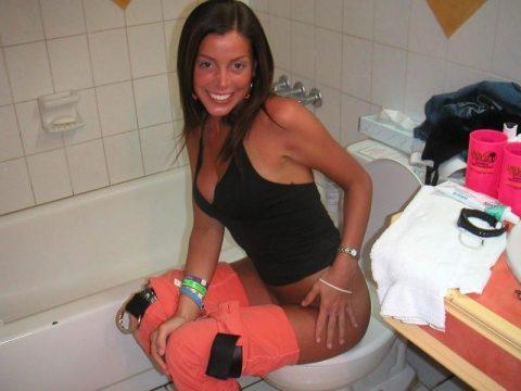 【画像】トイレに突撃された素人女性たちをご覧くださいwwwwwwwwwwwwww・4枚目