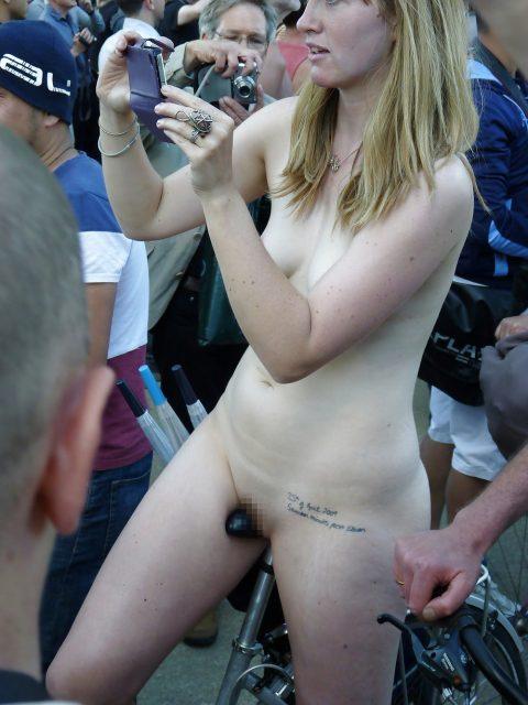 【画像】全裸で自転車乗ってる女子のマン汁対策ワロタwwwwwwwwwwwwwwwwww・1枚目