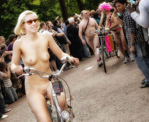 【画像】全裸で自転車乗ってる女子のマン汁対策ワロタwwwwwwwwwwwwwwwwww・11枚目
