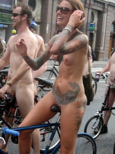 【画像】全裸で自転車乗ってる女子のマン汁対策ワロタwwwwwwwwwwwwwwwwww・17枚目