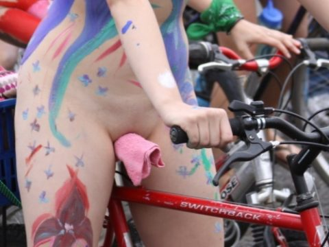 (写真)裸で自転車乗ってる女子のマン汁対策ワロタwwwwwwwwwwwwwwwwwwwwwwwwwwwwwwwwwwww