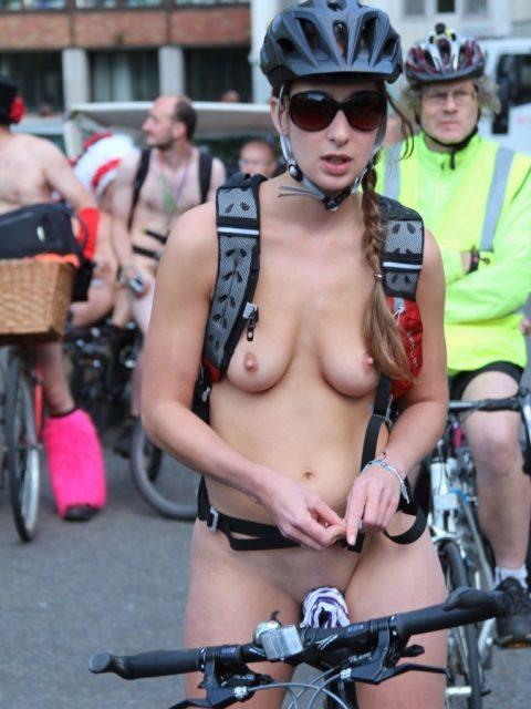 【画像】全裸で自転車乗ってる女子のマン汁対策ワロタwwwwwwwwwwwwwwwwww・2枚目