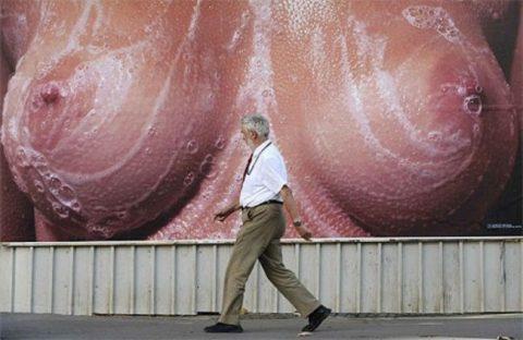 【PTA激怒】家族では見たくない海外の過激セクシー広告画像集(26枚)・25枚目