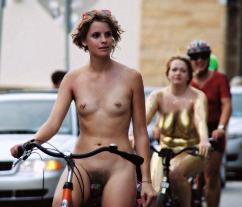 【画像】全裸で自転車乗ってる女子のマン汁対策ワロタwwwwwwwwwwwwwwwwww・3枚目