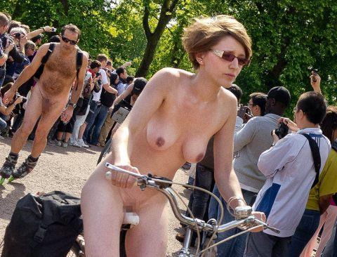 【画像】全裸で自転車乗ってる女子のマン汁対策ワロタwwwwwwwwwwwwwwwwww・6枚目