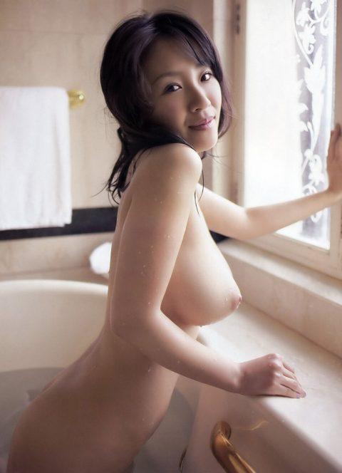【ワロス】デビィ夫人乳首デカっwww→熟女になってから裸体を曝け出した芸能人たち(26枚)・16枚目