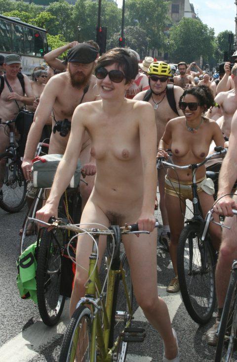 【画像】全裸で自転車乗ってる女子のマン汁対策ワロタwwwwwwwwwwwwwwwwww・9枚目
