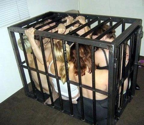 (奴隷写真)これから売買される女たちの「逃走率0%」の様子をご覧ください…