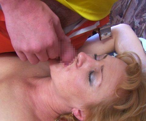 【画像23枚】寝てる女のお口にチンコ近づけた結果wwwwwwwwwwwwwwww・4枚目