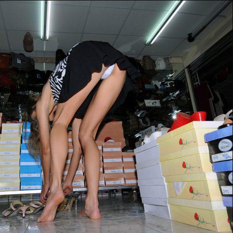 【画像28枚】プチ露出狂がショッピングモールで使う常套手段wwwwwwwwwwwwwwwww・5枚目