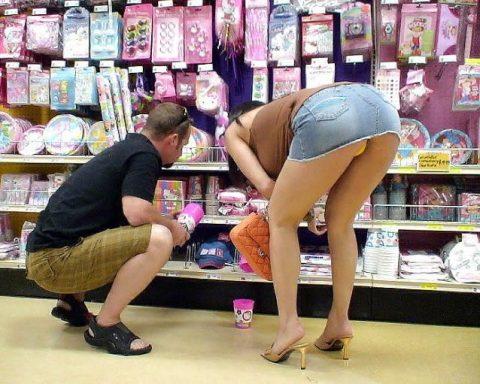 【画像28枚】プチ露出狂がショッピングモールで使う常套手段wwwwwwwwwwwwwwwww・9枚目