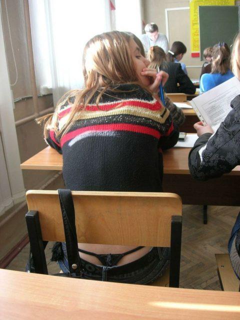 【画像】前の席の女のケツがエロ過ぎて授業に集中できない・・・(27枚)・12枚目