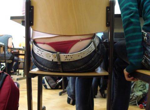 【画像】前の席の女のケツがエロ過ぎて授業に集中できない・・・(27枚)・18枚目