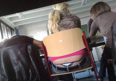 【画像】前の席の女のケツがエロ過ぎて授業に集中できない・・・(27枚)・4枚目