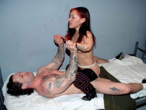 小人症の女性とのセックス画像集(21枚)・1枚目