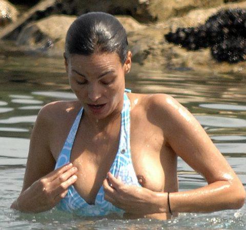 【画像あり】乳首ポロリしてることに女の子が気づいてないゴールデンタイムwwwwwwwwwwwwwww・11枚目