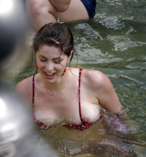 【画像あり】乳首ポロリしてることに女の子が気づいてないゴールデンタイムwwwwwwwwwwwwwww・12枚目