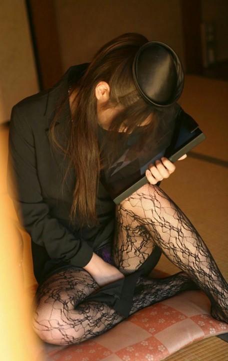 【テーマ】旦那の葬式の直後に喪服でオナニーする不謹慎な女wwwwwwwwwwww(画像19枚)・7枚目