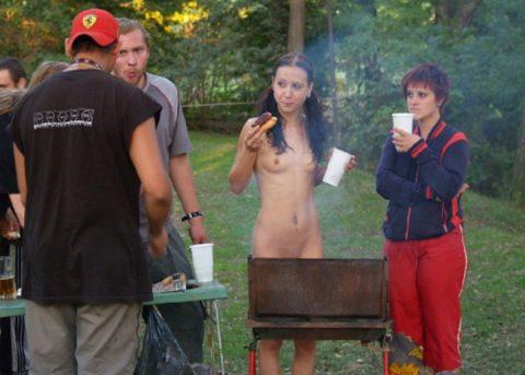 【画像】裸族のバーベキューに参加した結果・・・→以外に普通でワロタwwwwwwwwww・16枚目