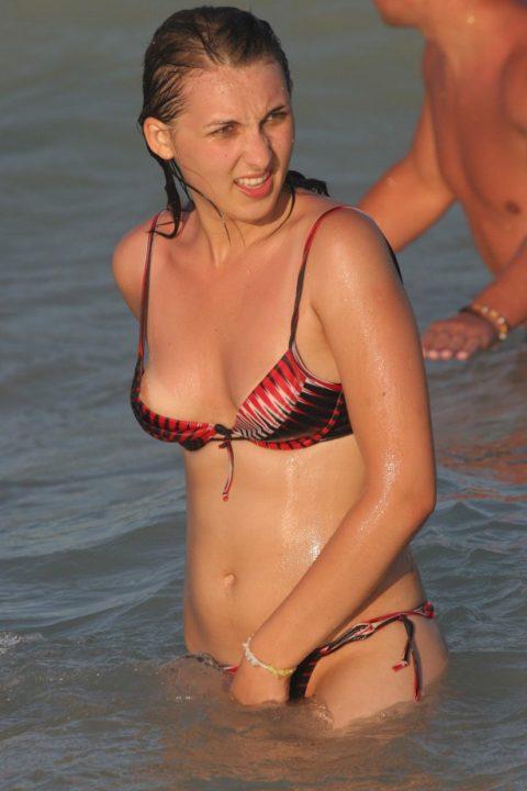 【画像あり】乳首ポロリしてることに女の子が気づいてないゴールデンタイムwwwwwwwwwwwwwww・19枚目