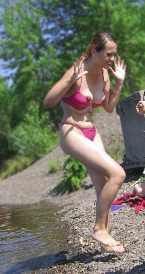 【画像あり】乳首ポロリしてることに女の子が気づいてないゴールデンタイムwwwwwwwwwwwwwww・2枚目