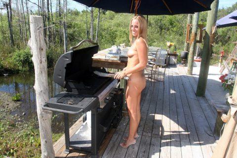 【画像】裸族のバーベキューに参加した結果・・・→以外に普通でワロタwwwwwwwwww・17枚目