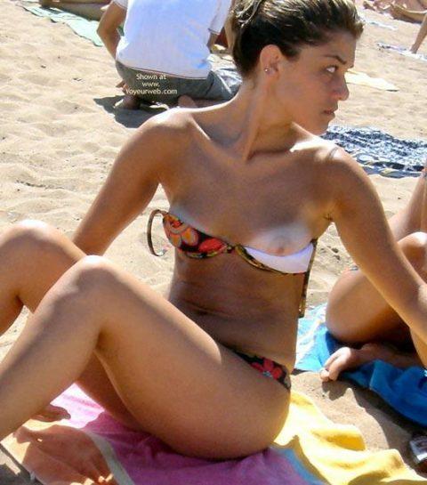 【画像あり】乳首ポロリしてることに女の子が気づいてないゴールデンタイムwwwwwwwwwwwwwww・22枚目