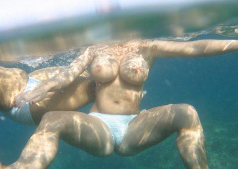 【神秘的】巨乳を水中で撮ったらこうなるwwwwwwwwwwww(画像23枚)・1枚目