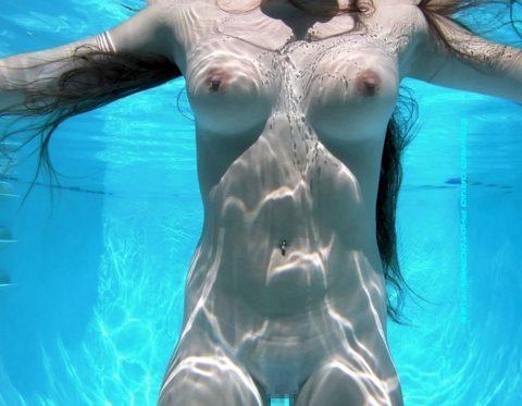 【神秘的】巨乳を水中で撮ったらこうなるwwwwwwwwwwww(画像23枚)・10枚目