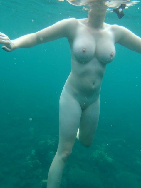 【神秘的】巨乳を水中で撮ったらこうなるwwwwwwwwwwww(画像23枚)・11枚目