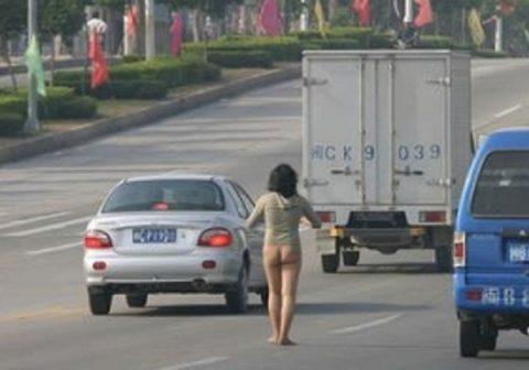 【露出狂】性への締め付けがキツイ中国で壊れてしまった女たち・・・(画像25枚)・14枚目