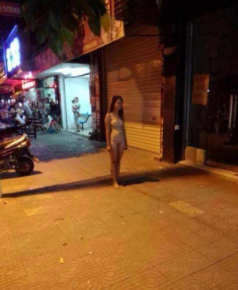 【露出狂】性への締め付けがキツイ中国で壊れてしまった女たち・・・(画像25枚)・15枚目