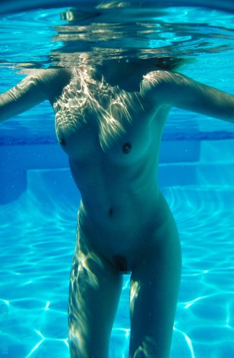 【神秘的】巨乳を水中で撮ったらこうなるwwwwwwwwwwww(画像23枚)・17枚目