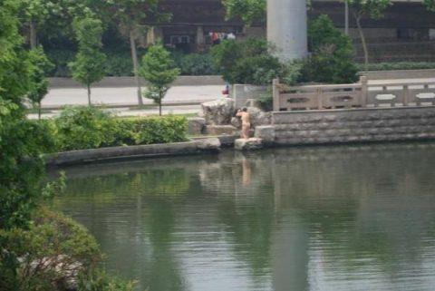 【露出狂】性への締め付けがキツイ中国で壊れてしまった女たち・・・(画像25枚)・21枚目