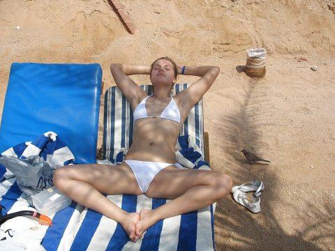 【ワレメ注意】海外ビーチのスジマン率の高さは異常wwwwwwwwwww(画像28枚)・27枚目