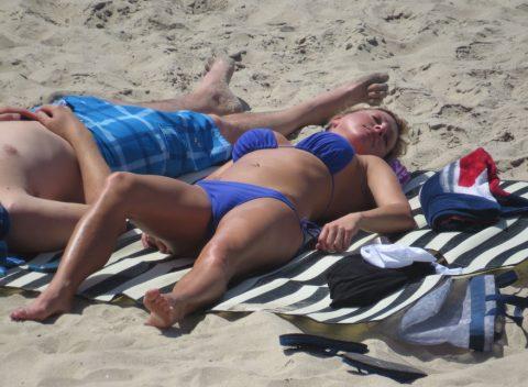【ワレメ注意】海外ビーチのスジマン率の高さは異常wwwwwwwwwww(画像28枚)・28枚目