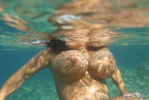 【神秘的】巨乳を水中で撮ったらこうなるwwwwwwwwwwww(画像23枚)・5枚目
