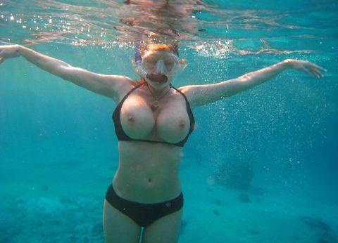 【神秘的】巨乳を水中で撮ったらこうなるwwwwwwwwwwww(画像23枚)・8枚目
